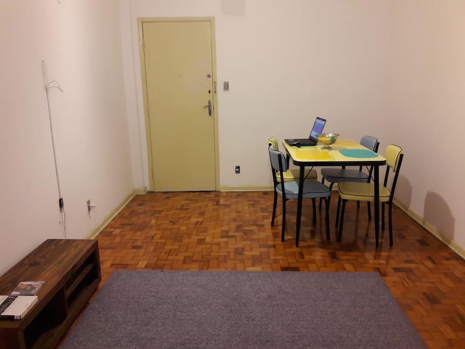 Mesa de jantar. Também pode ser usada para trabalho/estudo.