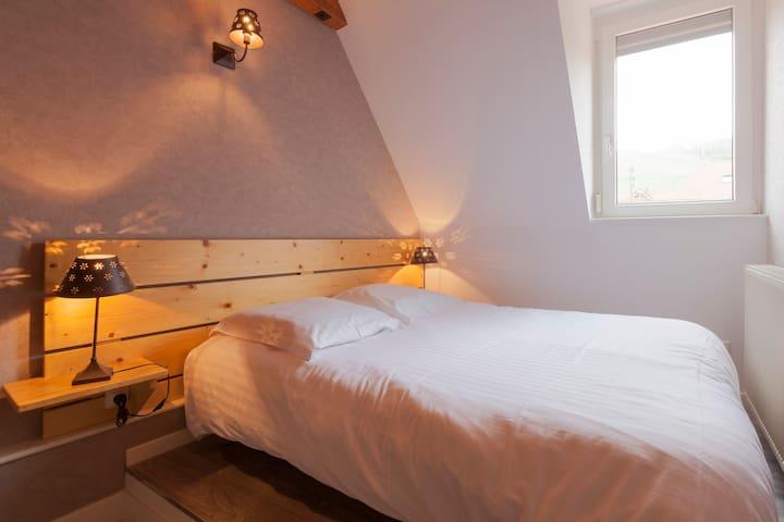 chambre 2, lit double, armoire