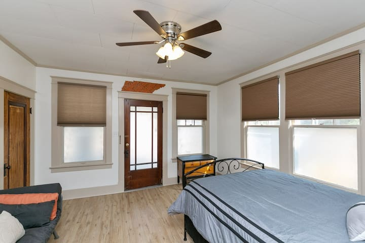 Spacious 2nd bedroom with sleeping space for 3.