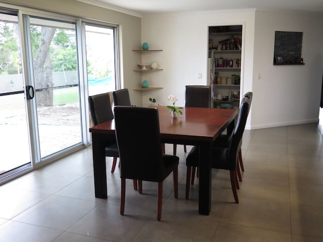 Family friendly - Large home with pool - Cooee Bay - Casa