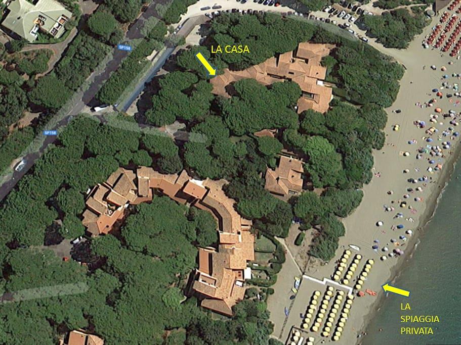 Vista dall'alto del residence e spiaggia privata (ombrelloni gialli)