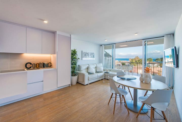 Recently Renovated Apartment Pool & 1min to Beach