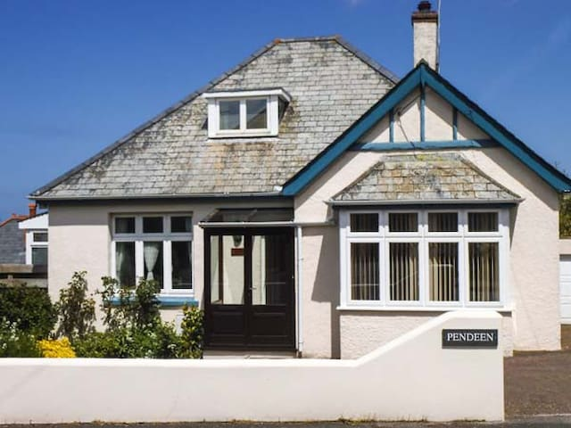 PENDEEN, family friendly, with a garden in Wadebridge, Ref 940575