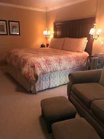 Get a great night's sleep in this comfy kingsize bed.