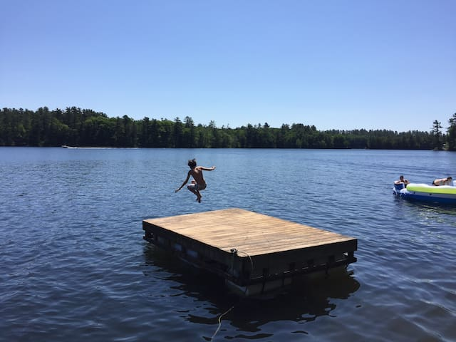 Lake Maranacook home w/deck and dock