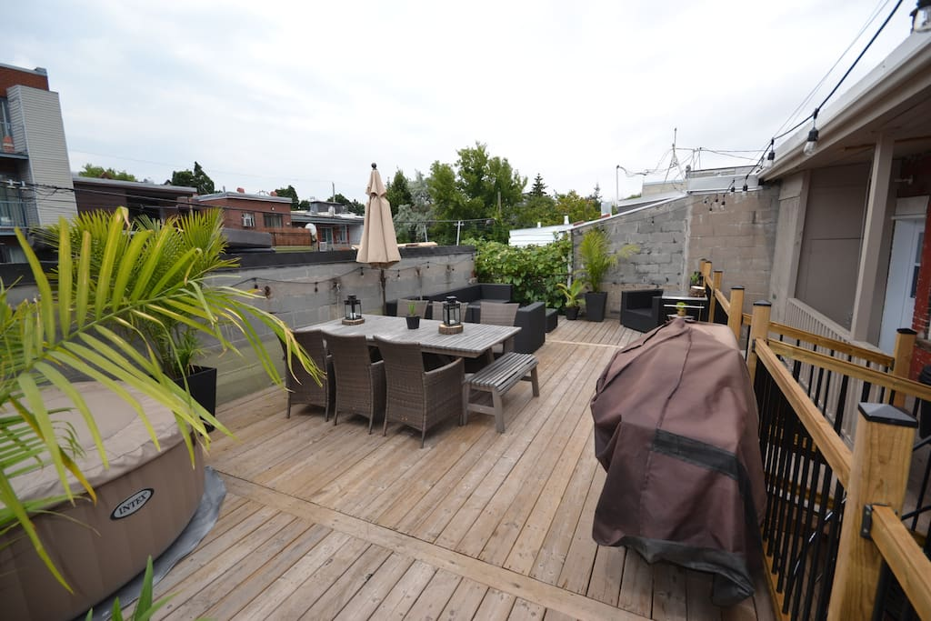 Rooftop patio semi-private (Spa, BBQ, Table, outside Living room, Hamoc, Bean Bag, outside shower)