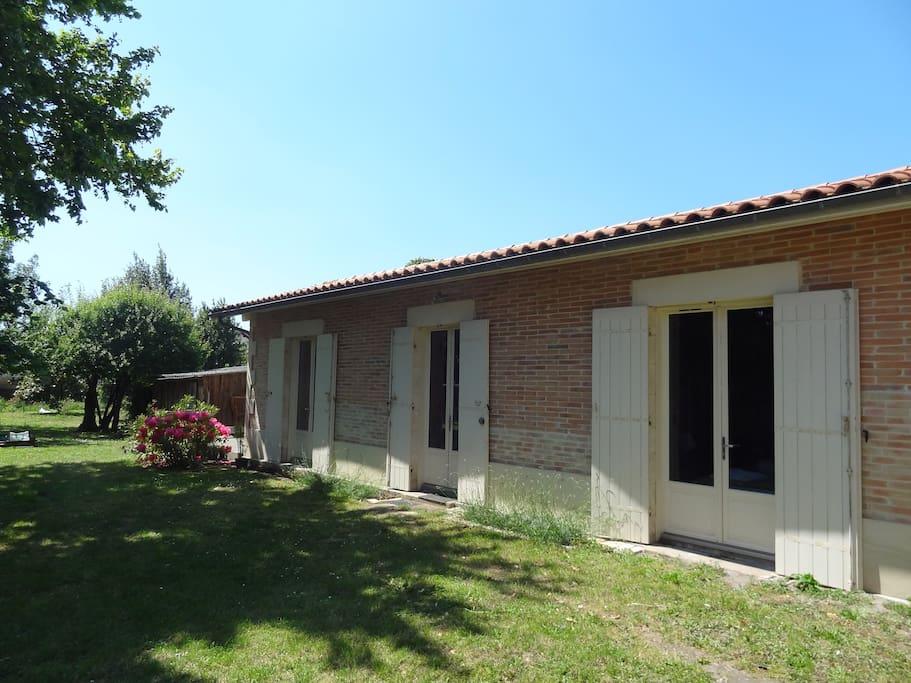 Maison t2 45 m2 avec un grand jardin et piscine houses for Jardin 45 m2