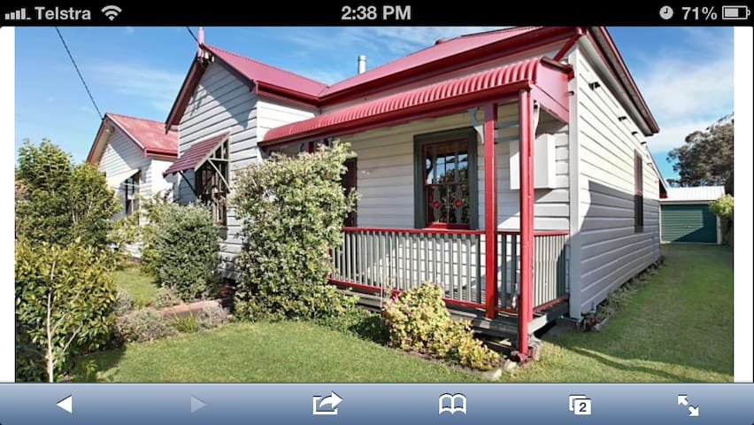 A charming miners cottage near the beach & the CBD - Mayfield East - Huis
