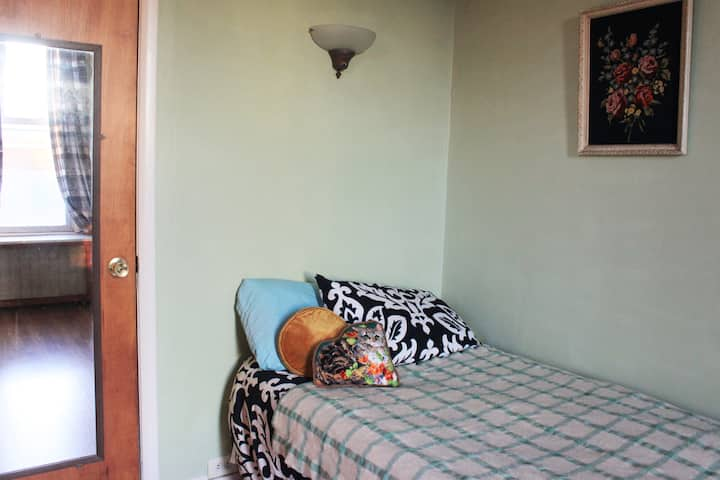 Comfy room in big Queens home mins from LaGuardia!