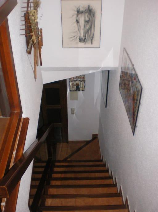Escalier menant aux chambres et salle de bains avec WC