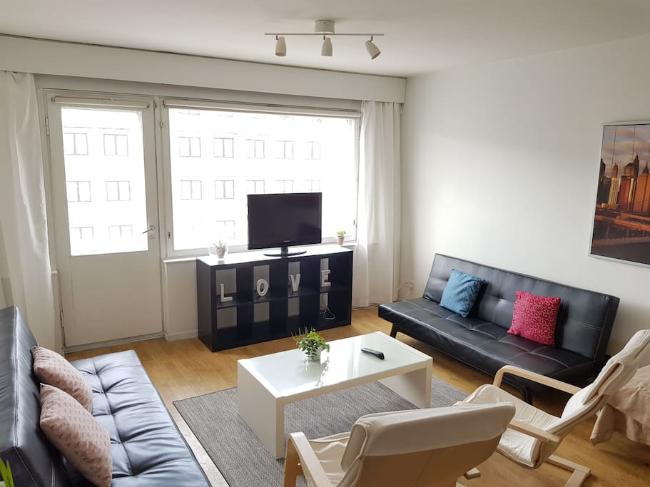 Livingroom with sofas, chairs and TV