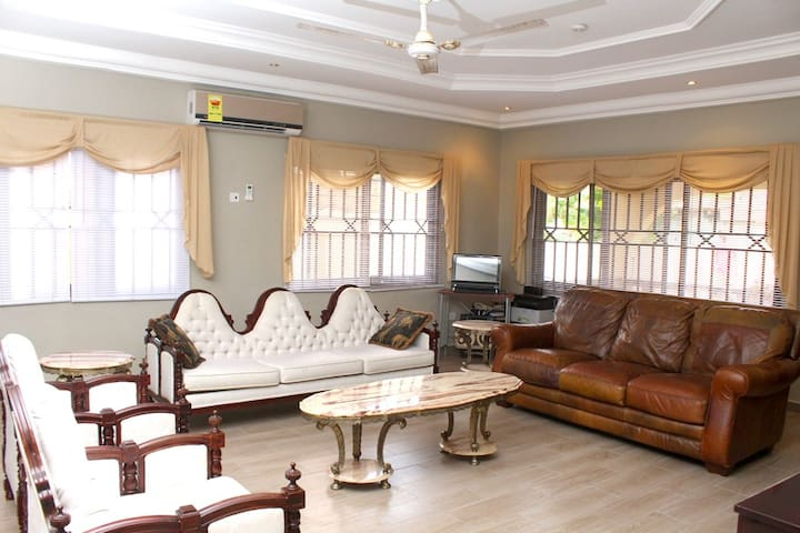 Rose Leat Elegant Bed & Breakfast - Accra - เกสต์เฮาส์