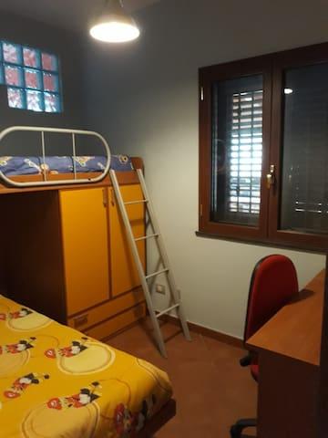Cameretta con letto a castello e spazio per eventuale box bebè portatile/culla da viaggio.