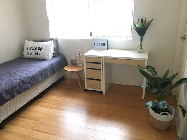 Fully furnished bedroom w/ ensuite - Varsity Lakes - Apartment