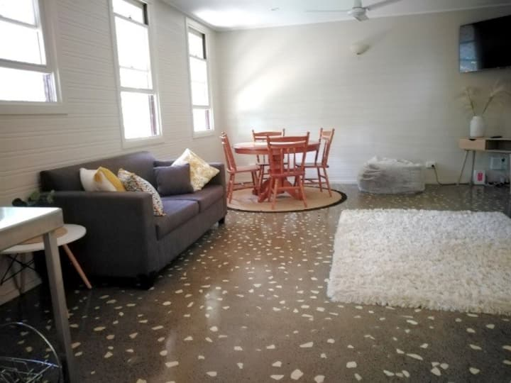 Stranded? Nowhere to Stay? Sanitised Apartment, Sleeps 2,  Free *Wine*Wifi*Netflix*Parking*Pool
