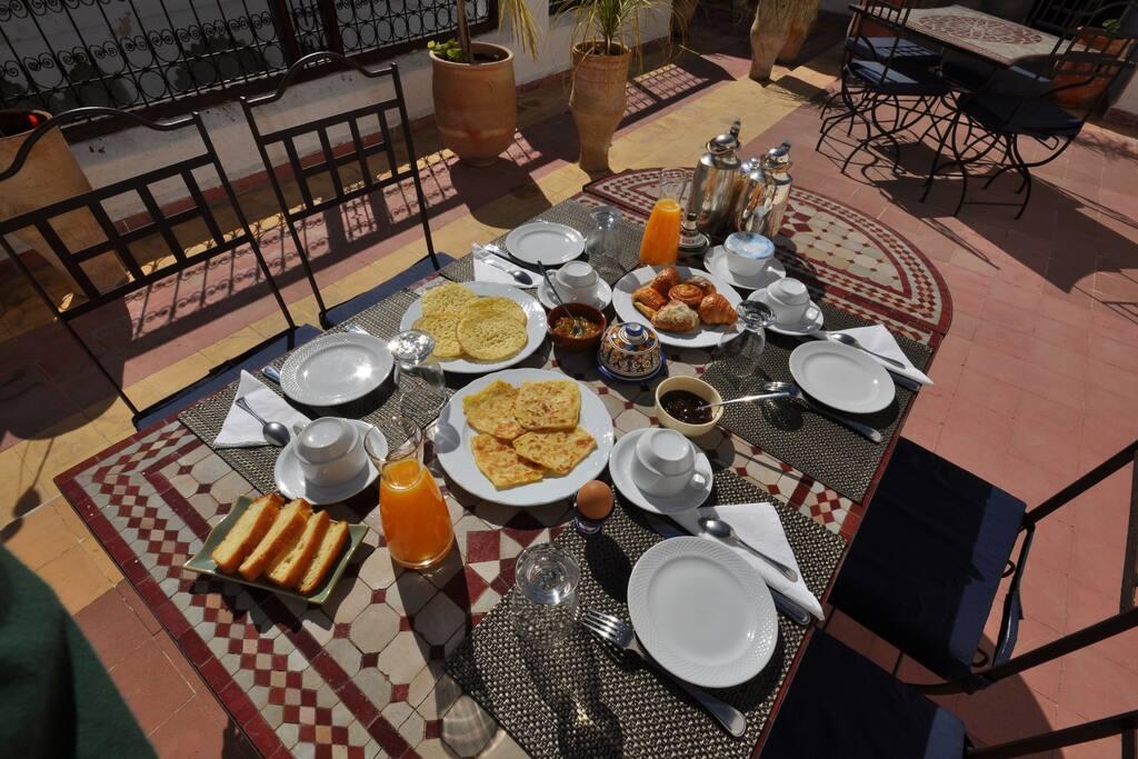 Petit déjeuner servi en terrasse au soleil