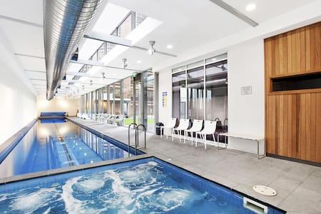 Master br in luxury CBD apartment- wifi/pool/gym! - Melbourne