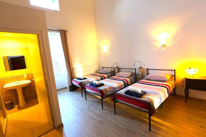 Bedroom / Chambre 4 9 beds / Lits