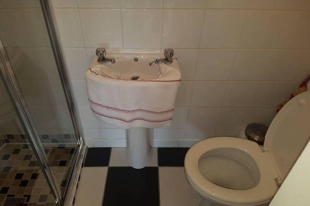 Hazelbreeze 1 Bathroom