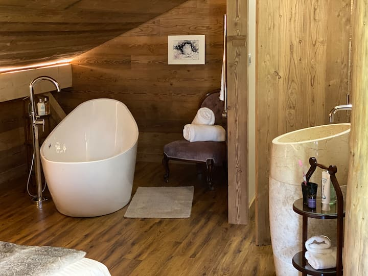 Large luxury suite @ Truemanalp.com - opp ski lift