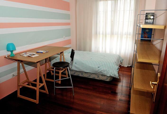 Habitación con cama individual y futón (se hace cama).