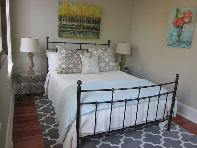 Historic Downtown 1 Bedroom Walk to Everything! C