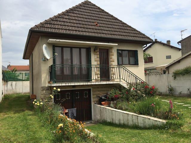 Maison individuelle 100m2 au centre ville 5 pieces - Le Blanc-Mesnil - Casa