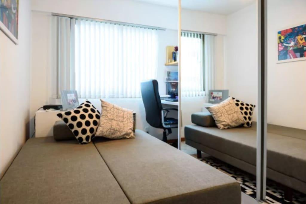 quarto privativo com um sofá cama de casal