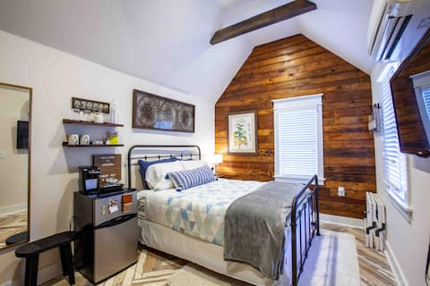 Southern Chic Guesthouse in Historic Downtown