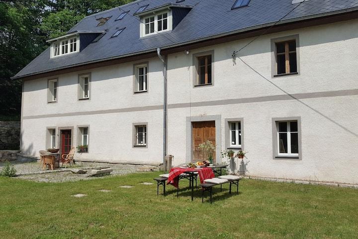 Rustikales Herrenhaus in Niederschlesien mit Garten.