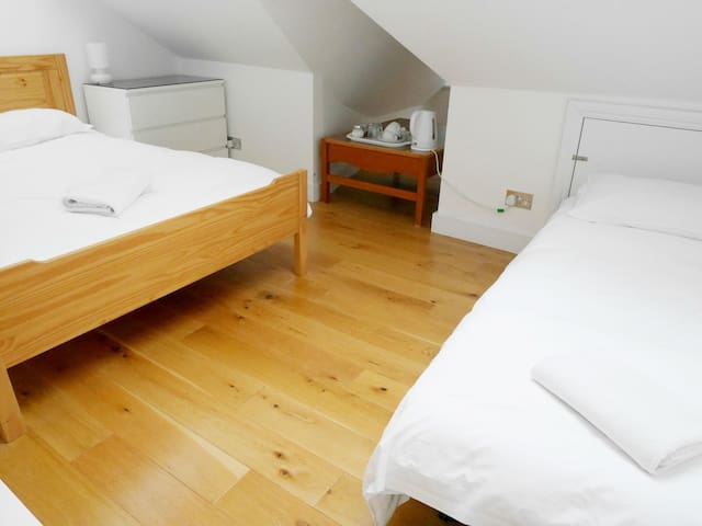 Studio 1&4 ensuite with Breakfast @ Kew Rooms