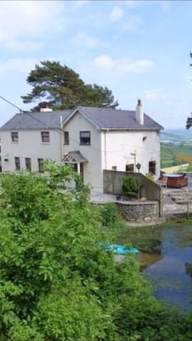Stunning View Farmhouse. Carmarthen - White Mill - House