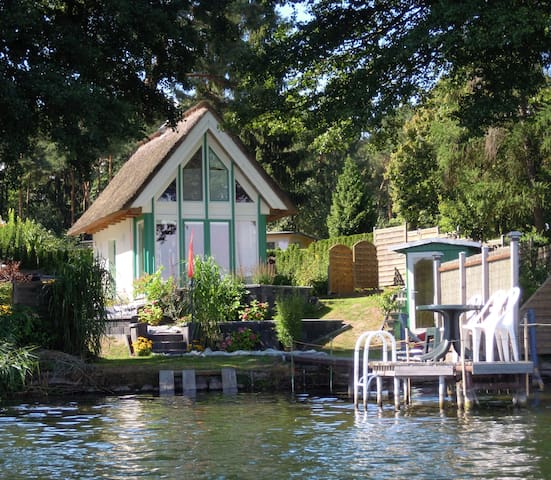 Reetgedecktes Haus direkt am See +Boot - Krakow am See - Talo