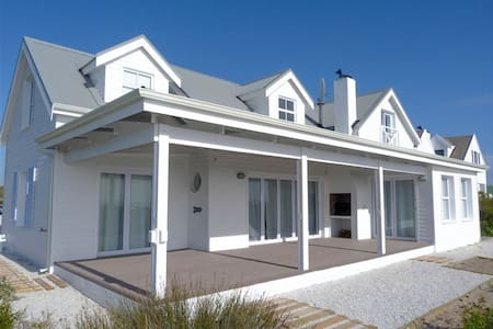 Cockleshell Beach House - Grotto Bay - Huis