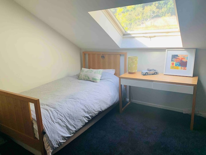 Spacious, quiet attic room - 5 mins to CBD🌟🌟🌟🌟🌟
