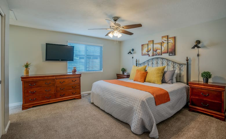 Master bedroom features an HDTV on a swivel mount for those late mornings and early night movie sessions!  Enjoy your king-sized bed with a choice of over-sized and regular pillows, as well as luxury feeling sheets and linens.