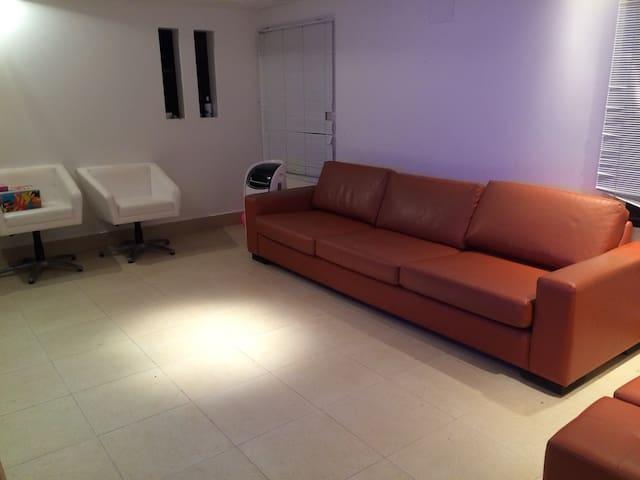 Janela de integração com a cozinha (quando está na pia ou cozinhando) Sala com sofá para 5 lugares, puff para apoiar os pés, cadeiras giratórias