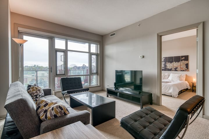 Cozy DT Condo Next To BMO/Stampede w/ Hot Tub/Gym