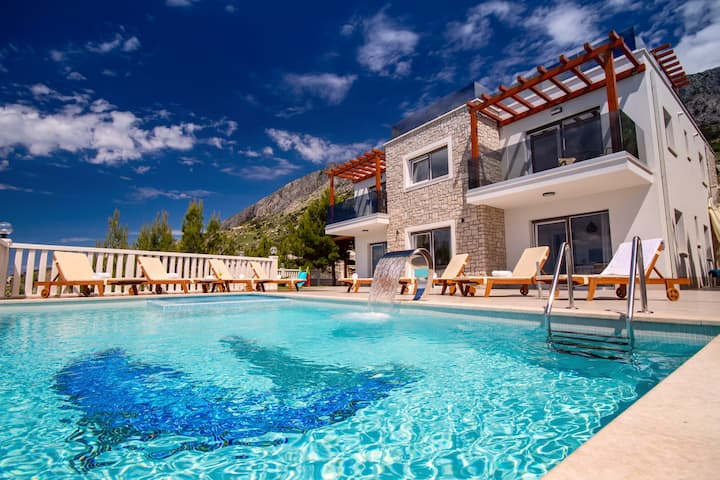 Villa MIRNA - pool & whirlpool, gym, wine bar