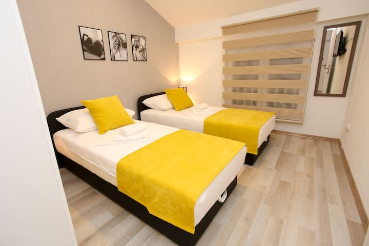 Super Central Renovated Private Yellow Room