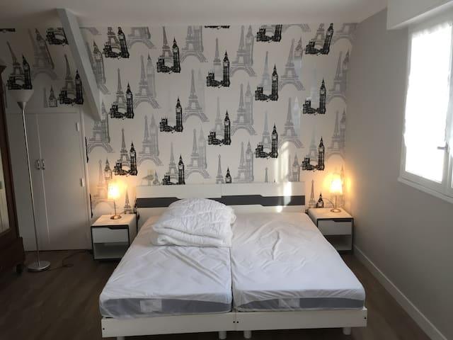 Chambre PARIS  avec 3 literies de 90 cm