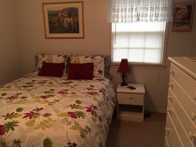 Guest Bedroom in Beautiful, Cozy Home!