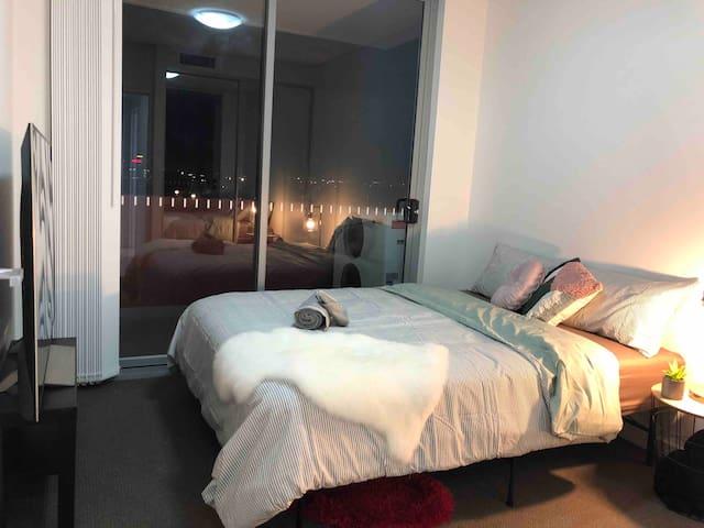 Private room/bath tub/balcony city view/TV/Netfix