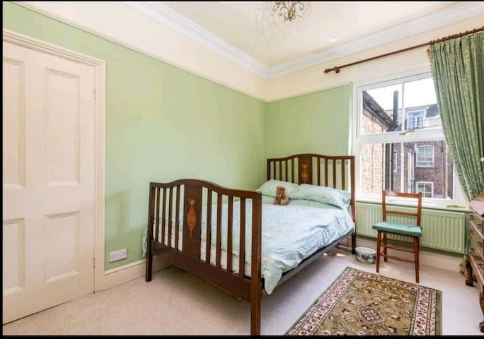 Double room in beautiful city centre period home