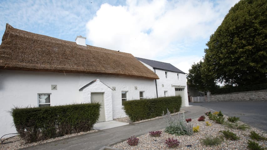 Unique Thatched Cottage - Duleek - Ev
