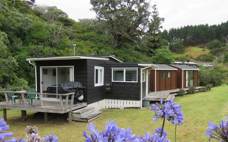 Kiwi Bach & Cabins in Idyllic Location - Amodeo Bay - Houten huisje