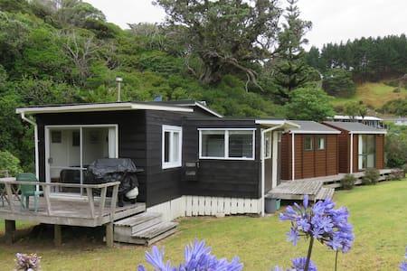 Kiwi Bach & Cabins in Idyllic Location - Amodeo Bay - Hytte