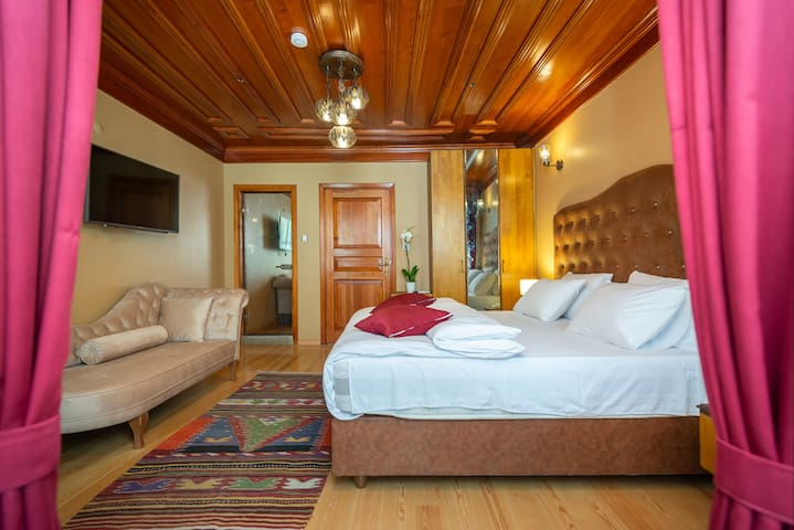 Deluxe one king bed or  two single beds &breakfast