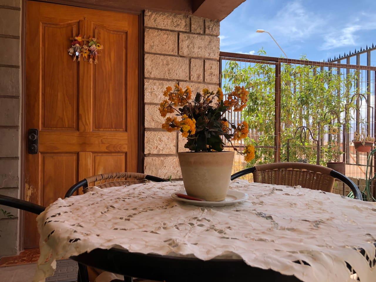Encontrarás un ambiente familiar, lleno de buenos momentos y energías positivas. Casa totalmente equipada, limpia y acogedora. Te sentirás en casa.