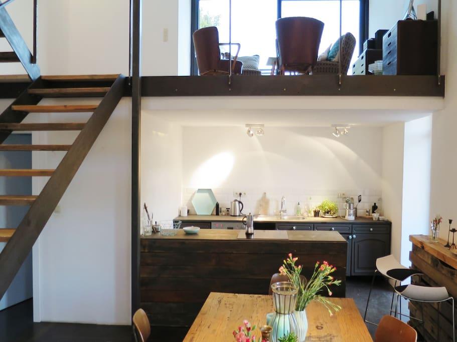 Offener Wohnbereich, mit Küche, Essraum und Empore zum Südgarten